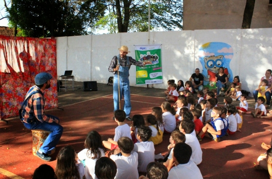 Mais um dia de contação de histórias nas escolas de Ituiutaba